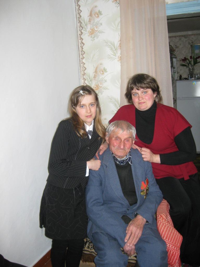 Михаил Алесеевич с внучкой и правнучкой