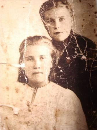 Прабабушка (Мартынова Татьяна Васильевна) с подружкой  Марусей Сепльпяковой. Фото с войны 1944г.